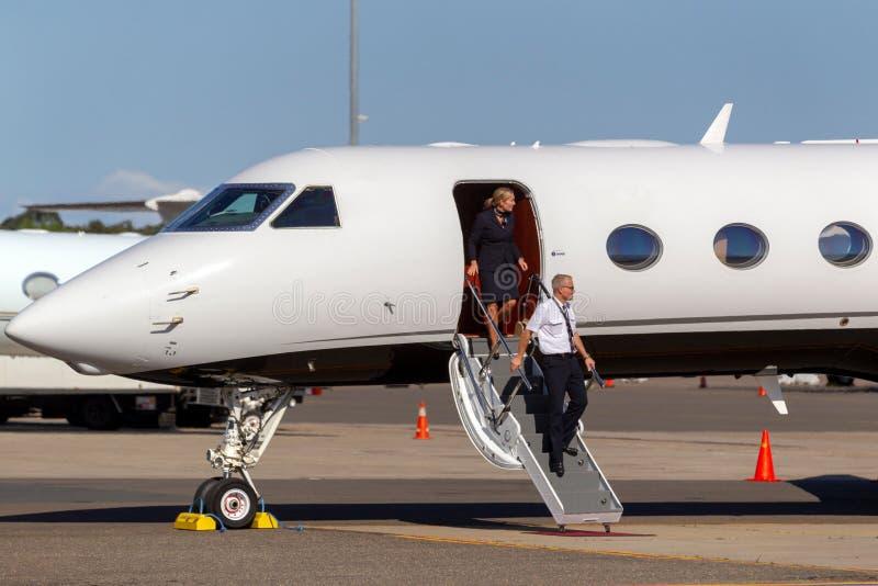 Piloto e aeromoço que desembarcam de um jato luxuoso do negócio em Sydney Airport fotos de stock