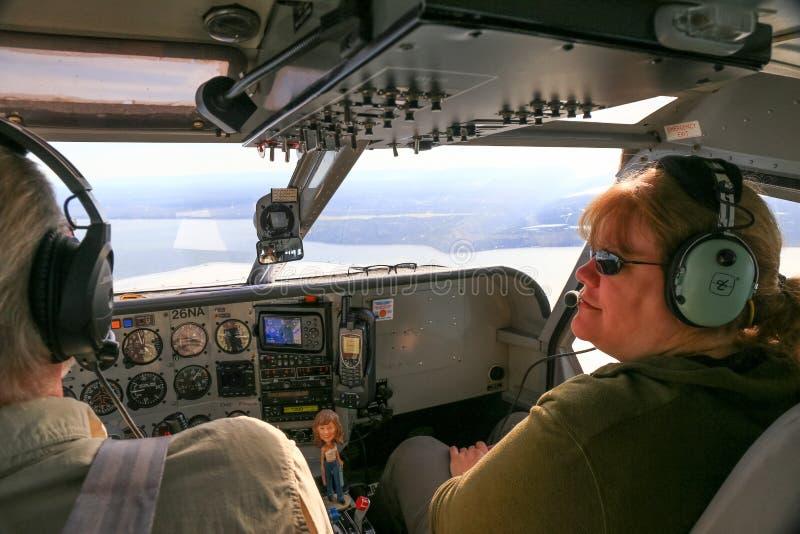 Piloto e passageiro da cabina do piloto do plano de Alaska Bush imagem de stock