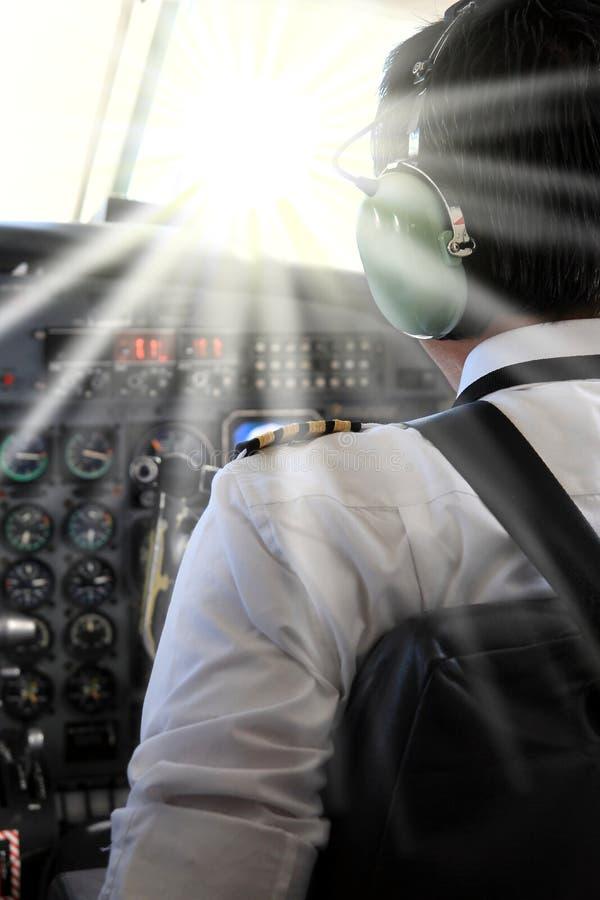 Piloto en la carlinga cegada por un indicador del laser imagen de archivo