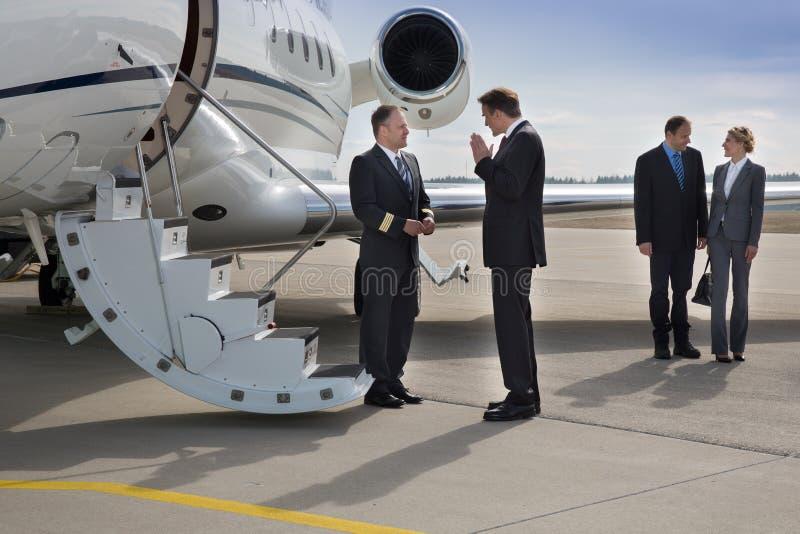 Piloto executivo do instructung do gerente do jato incorporado foto de stock