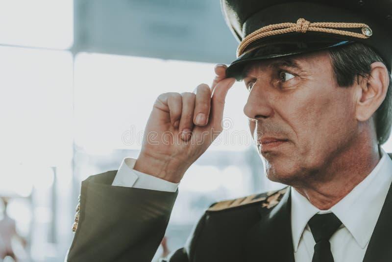 Piloto experimentado tranquilo en la situación uniforme en aeropuerto fotografía de archivo libre de regalías