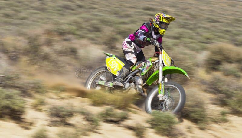 Piloto fêmea da bicicleta da sujeira imagens de stock