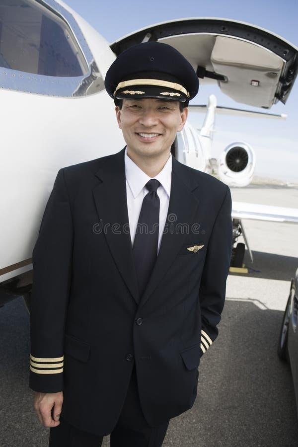 Piloto japonés Standing At Airfield del avión de aire fotografía de archivo libre de regalías
