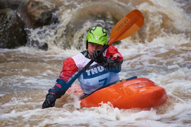 Piloto não identificado na competição 2018 kayaking do whitewater anual de Icebreak foto de stock