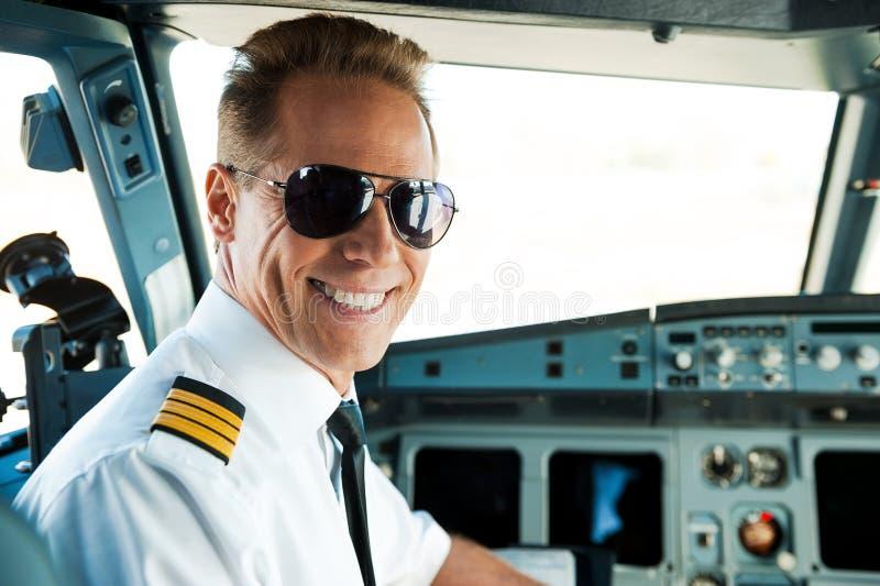 Piloto na cabina do piloto fotografia de stock