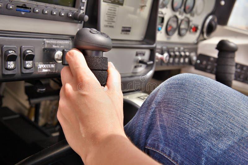 Piloto na cabina do piloto fotografia de stock royalty free