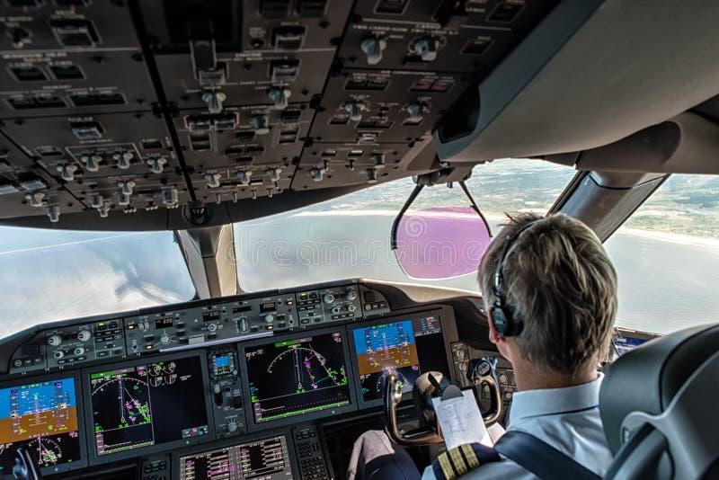 Piloto na cabina do piloto foto de stock royalty free