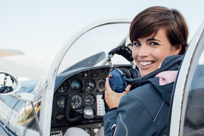 Piloto na cabina do piloto de aviões imagem de stock