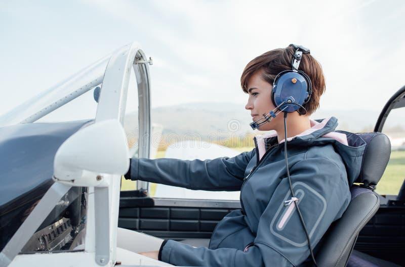 Piloto na cabina do piloto de aviões imagens de stock
