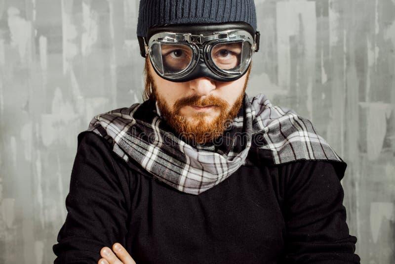 Piloto retro do menino Homem nos vidros e no lenço, imagem da fantasia do aviador foto de stock
