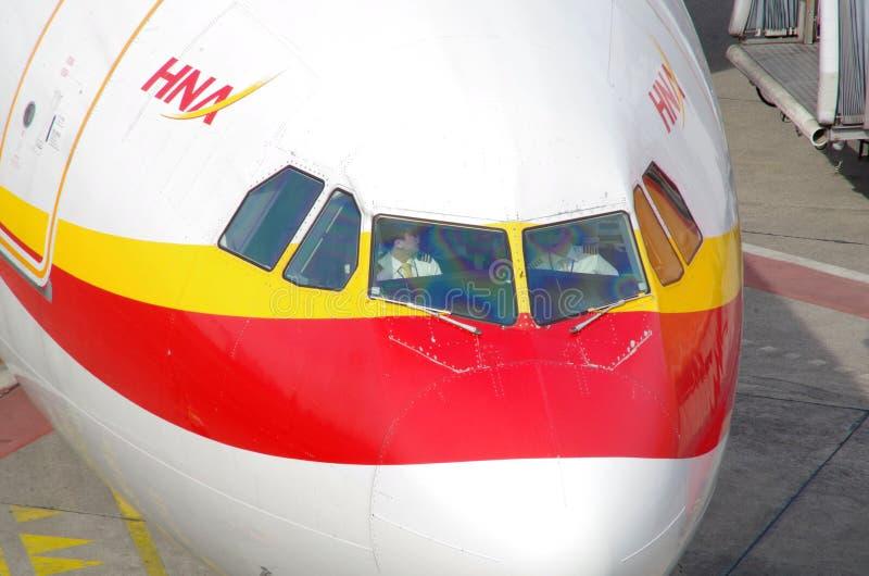 Pilotos en la carlinga de Pekín, Berlin Tegel Airport, mayo de 2016 imagen de archivo libre de regalías