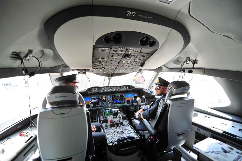 Pilotos en la carlinga de Qatar Airways Boeing 787-8 Dreamliner en Singapur Airshow foto de archivo