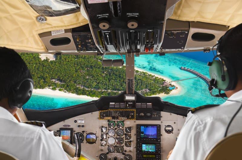 Pilotos na cabina do piloto e no console planos foto de stock