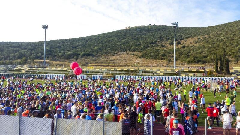Pilotos que aquecem-se acima para o começo da onda na maratona de Atenas imagens de stock royalty free