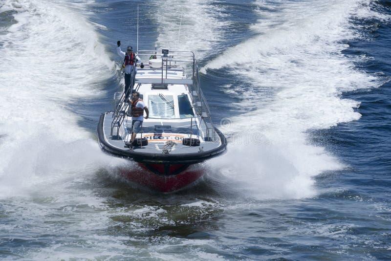 Pilotowa łódź pomaga wielkiego statek wycieczkowego z nawigacją w nawadnia Rio De Janeiro fotografia stock