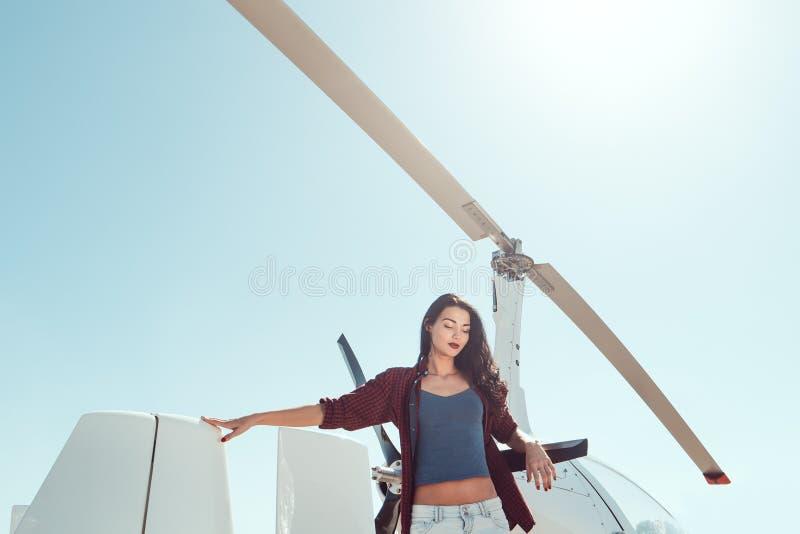 Pilotowa kobieta przy helikopterem fotografia royalty free