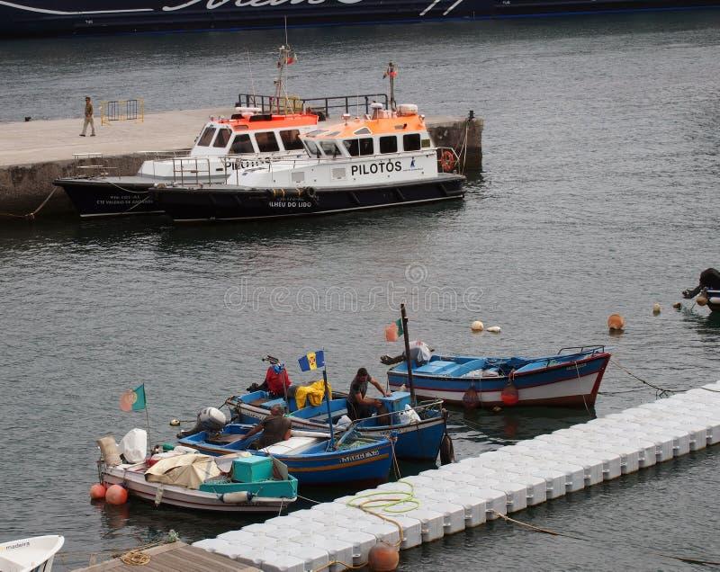 Pilotowe łodzie używać prowadzić statki wycieczkowych w schronienie cumującego na jetty przy Funchal dokują z mężczyznami zdjęcia royalty free