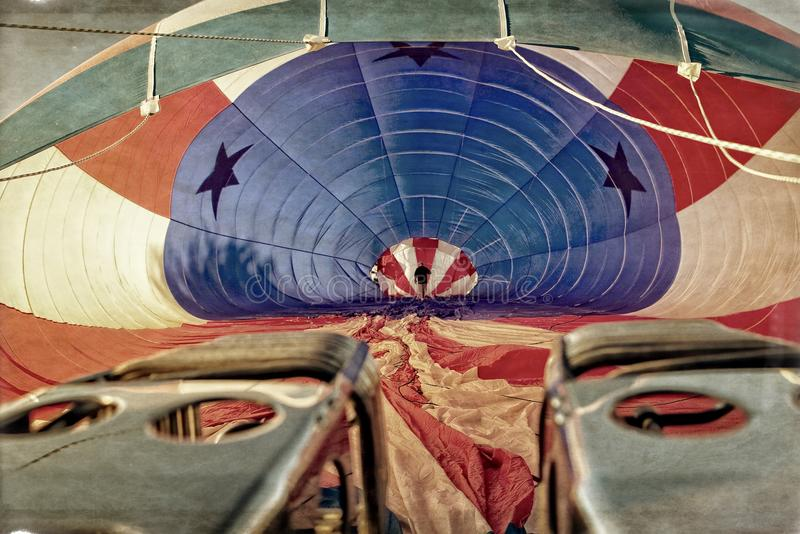 Pilotowy czek Wśrodku gorącego powietrza Balonowy dostawać przygotowywający zdjęcie royalty free