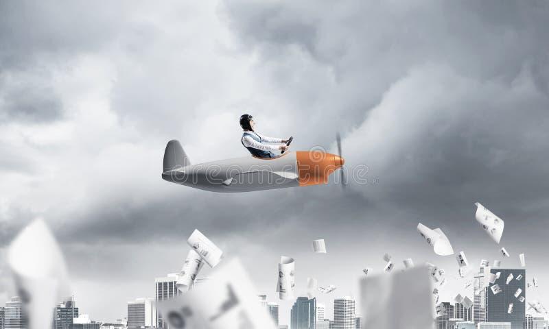 Pilotowy latanie w ma?ym papierowym samolocie obraz stock