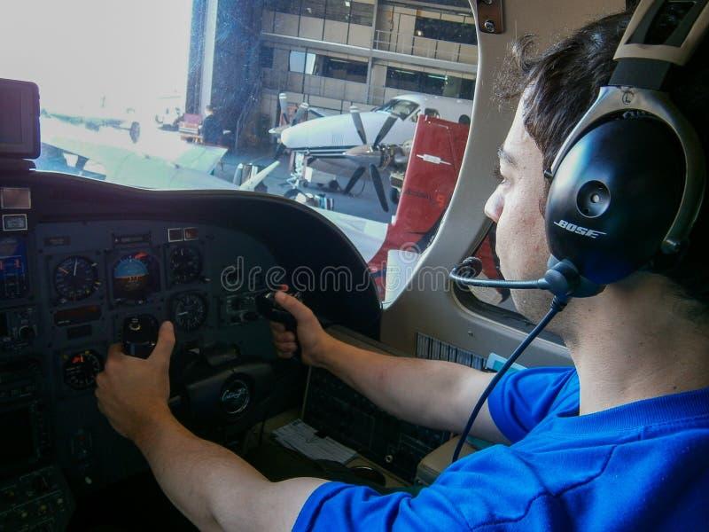 Pilotowy taxiing samolot dla utrzymania i natępnego start fotografia stock