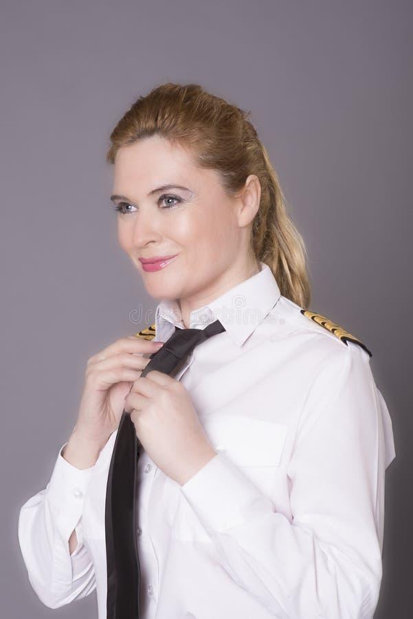 Pilotowy wiążący jej krawat obrazy stock