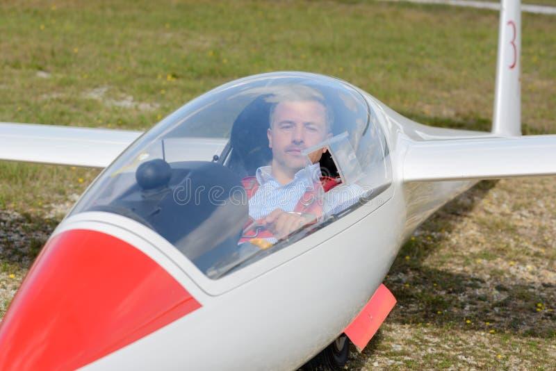 Pilotuje inside szybowa na pasie startowym przygotowywającym dla start zdjęcie stock