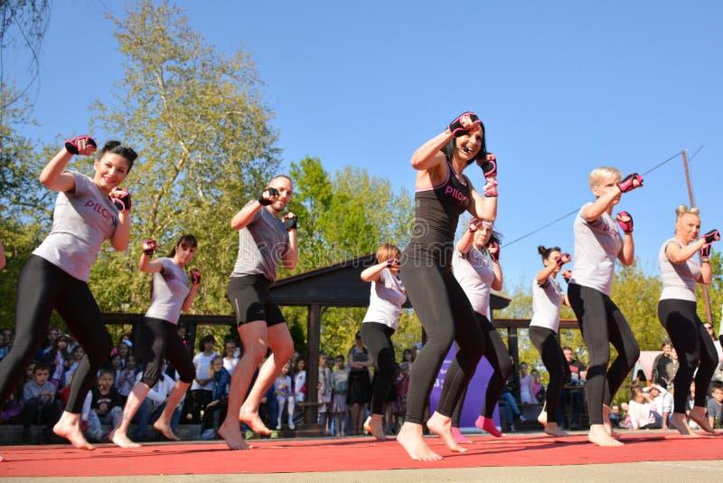Piloxing sporta stażowa grupa młodzi ludzie na pogodnym wiosna dniu plenerowym z szczęśliwym instruktorem zdjęcie stock