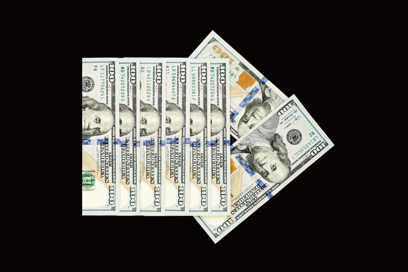 Pilpekare av US dollarpengarkassa på svart tavlabakgrund arkivbild