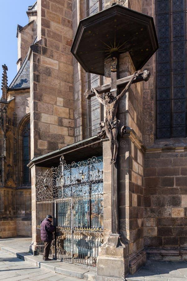 Pilsen, república checa - 02/21/2018: Anjo na igreja do ` s de St Bartholomew fotografia de stock