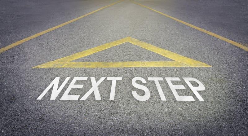 Piltecken som pekar till den framåt vägen för nästa steg fotografering för bildbyråer