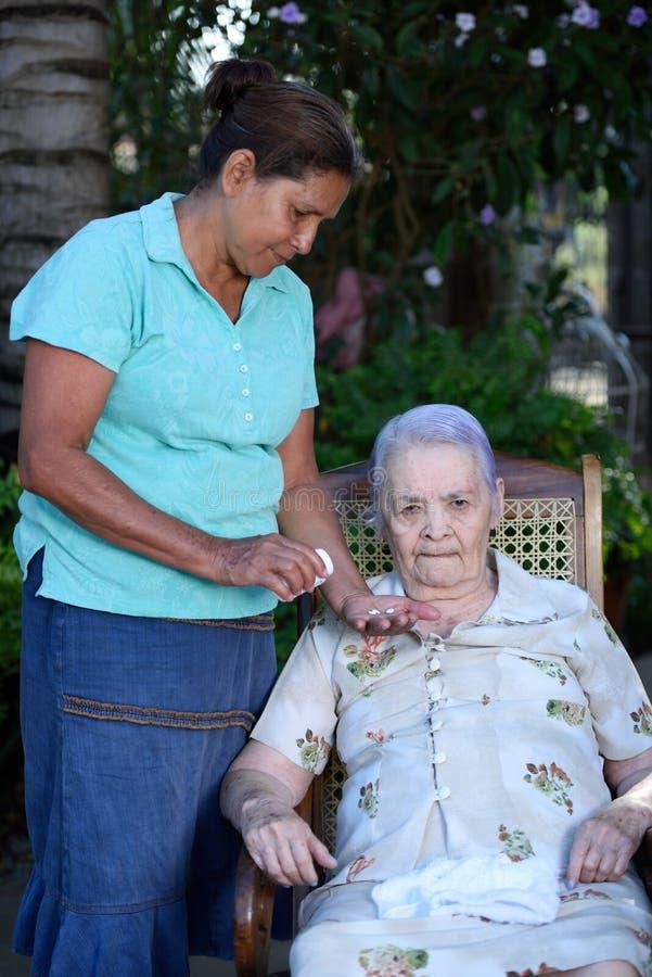 Pilule de prise de grand-maman photographie stock