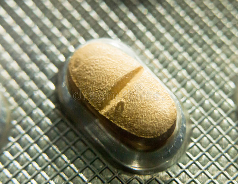 Pilule jaune en paquet d'aluminium non-ouvert pour la dépression photos libres de droits