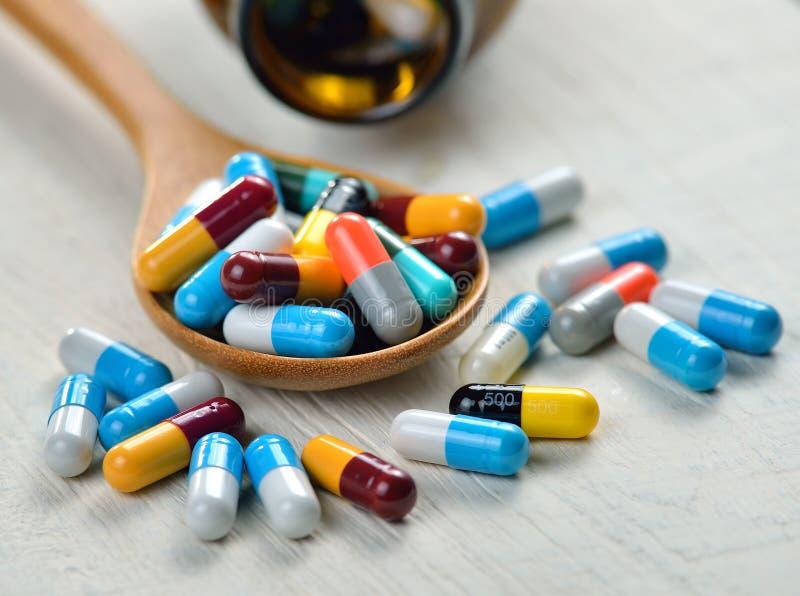 Pilules dans la cuillère photographie stock