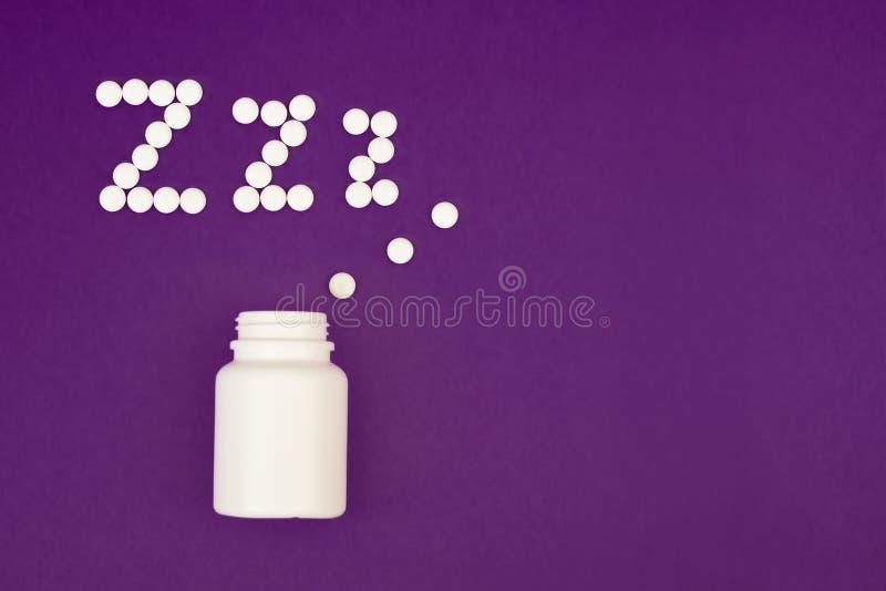 Pilules dans la forme de Z Comprimés somnifères sur le fond violet Copiez l'espace images libres de droits