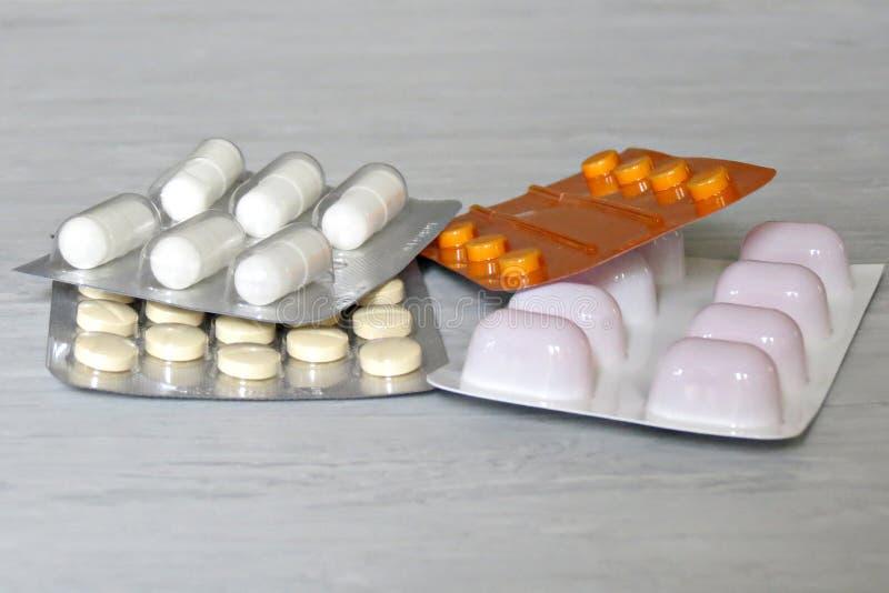 Pilules de médecine dans des pilules de paquets dans les capsules de habillage transparent et la pilule emballées dans des bourso photos libres de droits