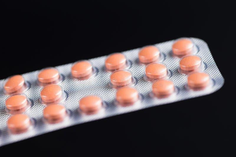 Pilules de médecine emballées dans des ampoules photo stock