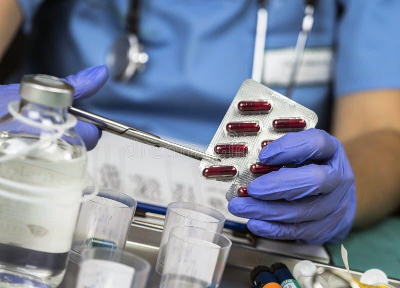 Pilules de médicament de Monodose avec des ciseaux photographie stock