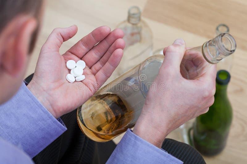 Pilules de mélange avec de l'alcool images libres de droits