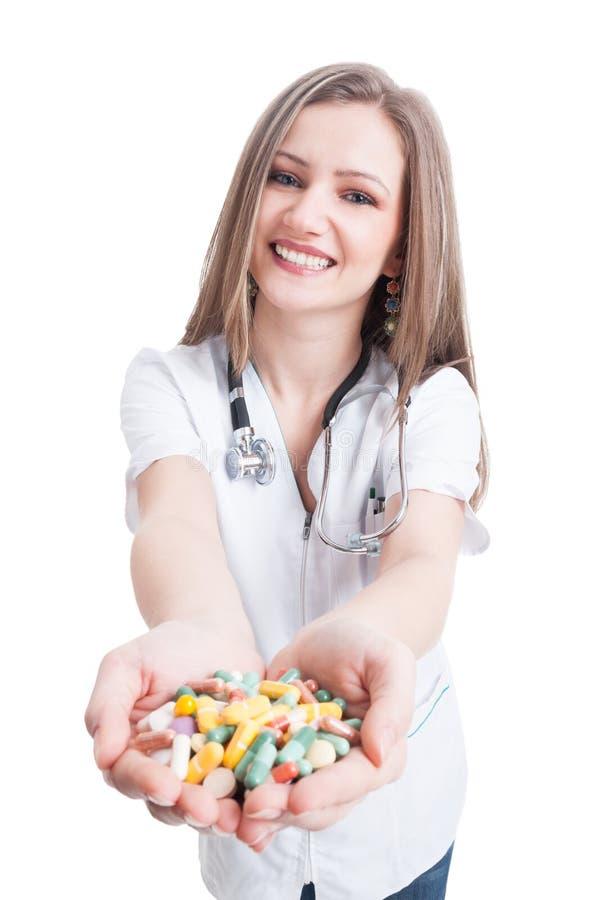 Pilules de offre de docteur de jeune femme photo libre de droits