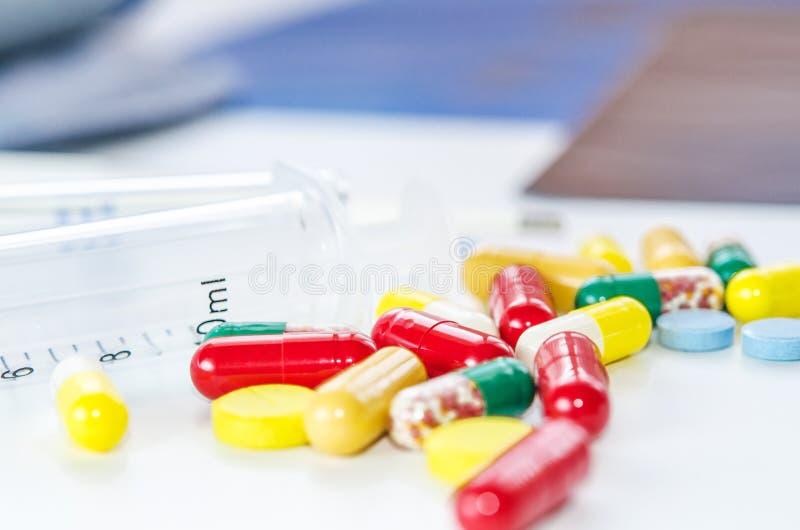 Pilules, drogues, capsules avec la seringue et rayons X de médecine photographie stock libre de droits