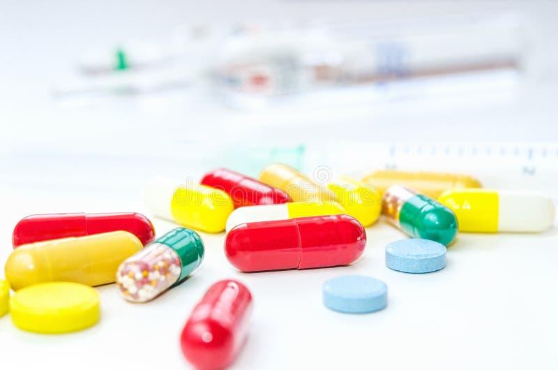 Pilules, drogues et capsules de médecine avec la seringue images libres de droits