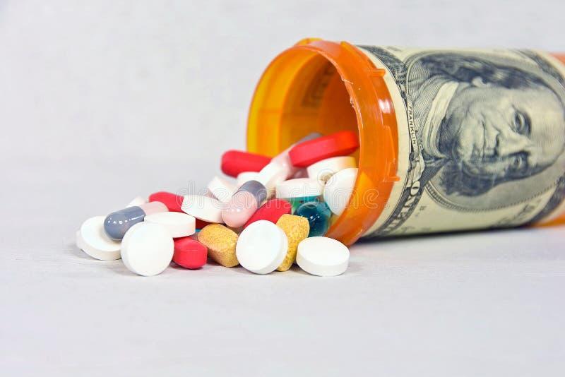 Pilules et bouteille de prescription avec l'argent image libre de droits