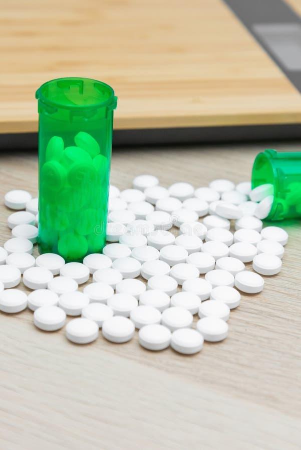 Pilules et bouteilles vertes photos stock