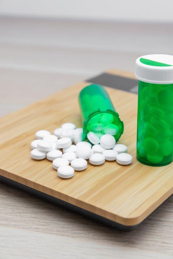 Pilules et bouteilles vertes image libre de droits
