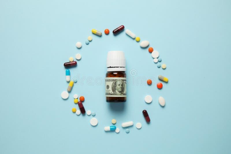 Pilules et cent billets d'un dollar La d?pendance ? l'?gard des drogues Industrie pharmaceutique, revenus sur les personnes malad photo libre de droits