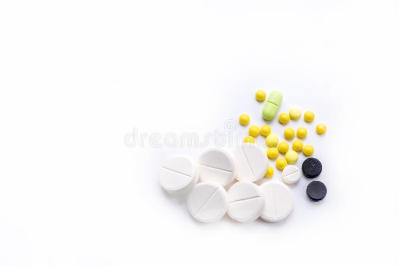 Pilules et comprimés sur le blanc photos libres de droits