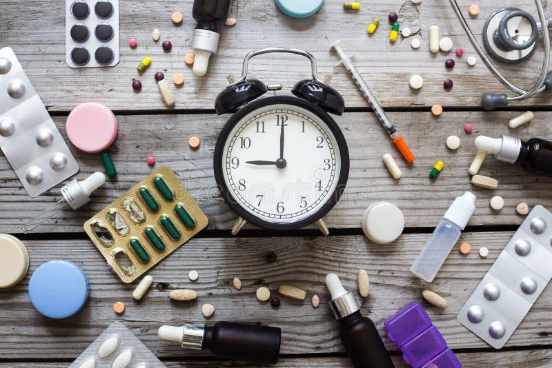 Pilules et horloge sur la table, vue supérieure photos libres de droits