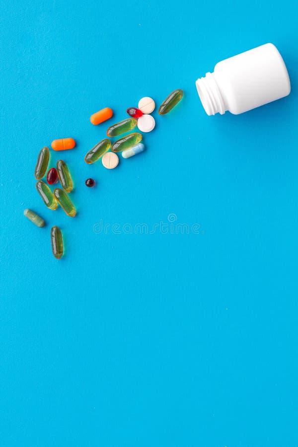 Pilules médicales, antibiotiques prenant pour le soin et santé sur l'espace bleu de vue supérieure de fond pour le texte image stock
