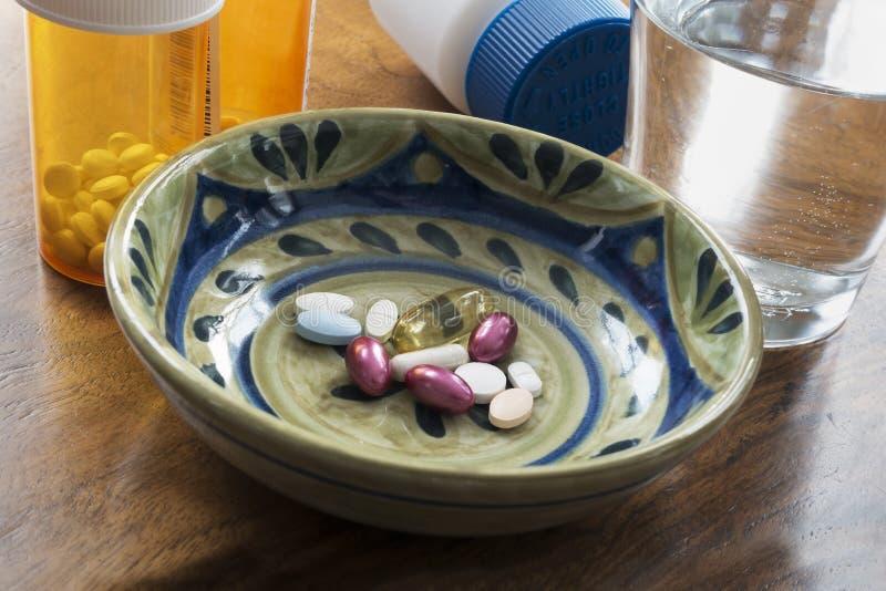 Pilules multiples dans la cuvette photographie stock