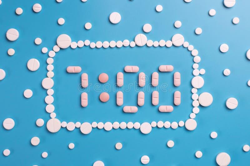 Pilules pharmaceutiques de médecine, comprimés sur le fond bleu photo libre de droits